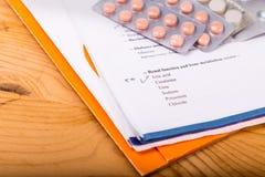 Informe médico que se centra en la sección del ácido úrico, con stri de la medicina Fotos de archivo libres de regalías