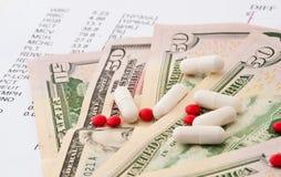 Informe médico y dinero Imagen de archivo libre de regalías