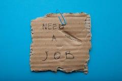 Informe sobre encontrar un trabajo en un pedazo de caja de cartón imagen de archivo