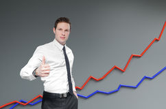 Informe y estadísticas financieros. El hombre de negocios muestra el pulgar para arriba. foto de archivo