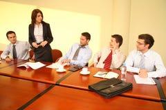 Informele commerciële vergadering - vrouwen chef- toespraak Stock Foto's