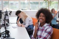 Informell affärskvinna för afrikansk amerikan som arbetar i kontoret arkivfoton