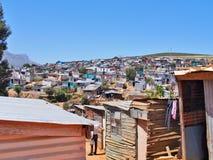 Informell bosättning i Sydafrika med solpaneler Arkivbild