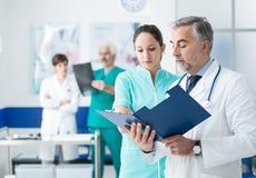 Informes médicos de exame do doutor e da enfermeira Foto de Stock