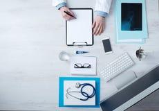 Informes médicos de la escritura del doctor fotografía de archivo