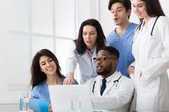 Informes médicos de Team Of Expert Doctors Examining en el hospital foto de archivo