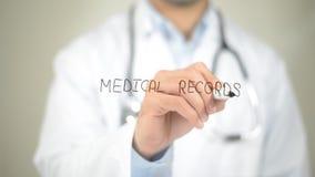 Informes médicos, escritura del doctor en la pantalla transparente imagen de archivo