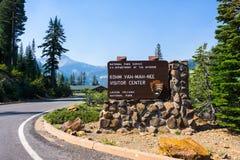 Informiertes Zeichen für Yah-Milliamperestunde-nee Besucher-Mitte Kohm in vulkanischem Nationalpark Lassens, Nord-Kalifornien lizenzfreie stockbilder