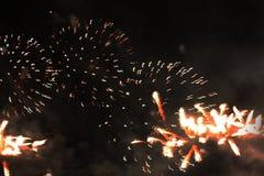 Inforni l'esposizione Fondo di notte Fuochi d'artificio Bello fondo firework Celebrazione del Natale e del nuovo anno nella cadut fotografia stock libera da diritti