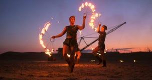 Inforni l'esposizione Un gruppo di artisti professionisti esegue varie facilit? del fuoco I ragazzi e le ragazze eseguiti balla c archivi video