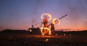Inforni l'esposizione Un gruppo di artisti professionisti esegue varie facilit? del fuoco I ragazzi e le ragazze eseguiti balla c stock footage
