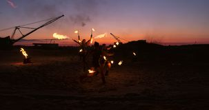 Inforni l'esposizione Un gruppo di artisti professionisti esegue varie facilit? del fuoco I ragazzi e le ragazze eseguiti balla c video d archivio