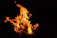 Inforni le fiamme su priorità bassa nera Fotografia Stock