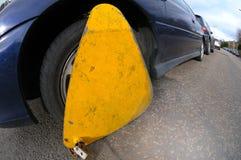 Infracción del estacionamiento de la abrazadera de rueda Imagen de archivo