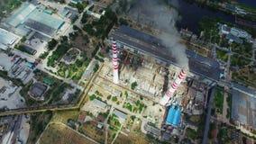 Infraestructura de central electrica con las chimeneas almacen de video