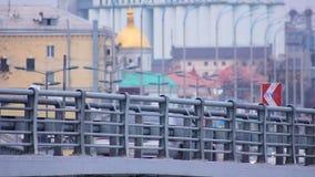 Infraestructura de transporte desarrollada, coches que mueven encendido el puente, atmósfera grande de la ciudad almacen de video