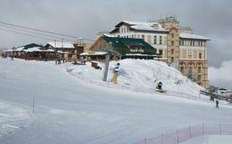 Infraestructura del esquí en Gorki Gorod 960 metros sobre nivel del mar Imagen de archivo libre de regalías