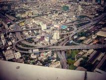 Infraestructura en Tailandia Canal de agua, alambres eléctricos, caminos imagen de archivo