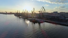 Infraestructura portuaria, litera comercial con las grúas de elevación para cargar y descarga de naves del comercio internacional metrajes