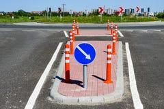 Infraestructura viaria y se?ales de tr?fico antes del cruce giratorio fotografía de archivo libre de regalías