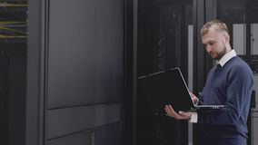 Infraestrutura do controle do administrador na sala do servidor do datacenter vídeos de arquivo