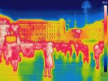 Infraröd termisk bild av folk som går stadsgatorna på en kall vinterdag royaltyfri fotografi