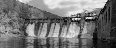 Infrarött foto i B&W Vattenkraftstation & x22; Thresholds& x22;: panoraman av fördämningen nedanför utskovet arkivfoto