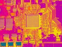 Infrarött slut för strömkretsbräde upp med mikrochipers Royaltyfri Foto
