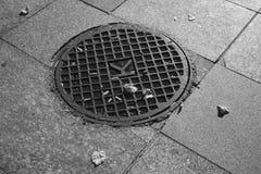Infrared strzelający round metalu manhole pokrywa Fotografia Stock