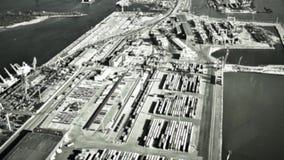 Infrarode camera op bommenwerpersdoel in containers in zeehaven Militaire luchtvaart Oorlog slagveld stock video