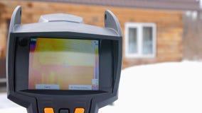 Infrarode thermische camera dichte omhooggaand Om verliezen van hitte te zoeken Bestrijding van heatlosses Energie - besparing He stock video