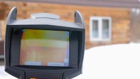 Infrarode thermische camera dichte omhooggaand Om verliezen van hitte te zoeken Bestrijding van heatlosses Energie - besparing He stock videobeelden