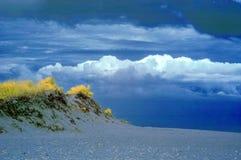 Infrarotlandschaft der Seedüne und -wolken lizenzfreie stockfotografie