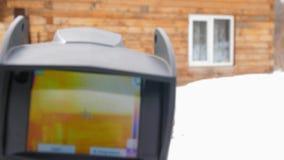 Infrarotw?rmekameraabschlu? oben Zu nach Verlusten der Hitze suchen Kampf gegen heatlosses Nette und weiche Abbildung Das h?lzern stock video