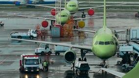 Infrastructuur Internationale Luchthaven De vliegtuigen bij de plaats, het personeel maken het noodzakelijke onderhoudswerk stock video