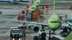 Infrastructuur Internationale Luchthaven De vliegtuigen bij de plaats, het personeel maken het noodzakelijke onderhoudswerk stock videobeelden