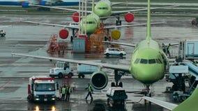 Infrastructuur Internationale Luchthaven De vliegtuigen bij de plaats, het personeel maken het noodzakelijke onderhoudswerk stock footage