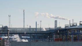 Infrastructuur van industriële elektrische centrale, rokende pijpen, pijpleidingen en toorts stock footage