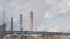 Infrastructuur van industriële elektrische centrale, tanks en rokende pijpen stock videobeelden
