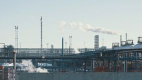 Infrastruktur av den industriella kraftverket som röker rör, rörledningar och facklan Fotografering för Bildbyråer