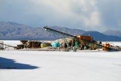 Infrastruktur för salt min på en salt plan sjö Arkivfoto