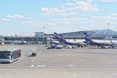 Infrastruktura przy Sheremetyevo lotniskiem międzynarodowym samoloty czeka na śmiertelnie bramach dla pasażera Lotniskowy autobus zdjęcia stock