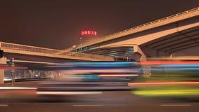 Infrastruttura con traffico nel mosso, notte di Pechino, Cina Immagine Stock