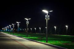Infrastruttura del parco pubblico, illuminazione di notte immagini stock