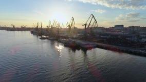 Infrastruttura del porto, ancoraggio commerciale con le gru di sollevamento per il carico e scarico delle navi di commercio inter stock footage