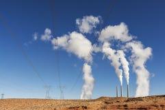 Infrastruttura del settore produzione energia Fumo bianco del camino su un cielo blu Immagini Stock Libere da Diritti