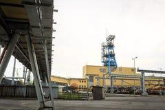 Infrastruttura di estrazione mineraria Asse, trasportatori e costruzioni Immagine Stock