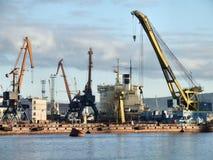 Infrastruttura occupata del porto del carico Fotografie Stock