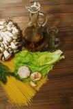 Infredients crudos de las pastas en la cocina Imagenes de archivo