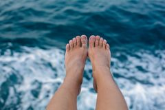 Infron dei piedi della donna della struttura del mare Fotografia Stock
